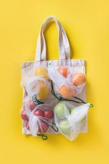 Frutas e legumes em sacos de malha ecológicos.