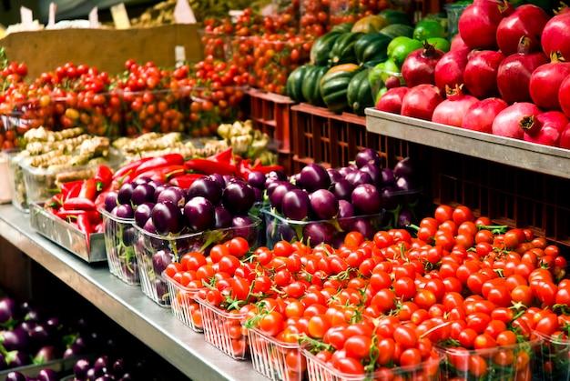 Frutas e legumes em um mercado de agricultores