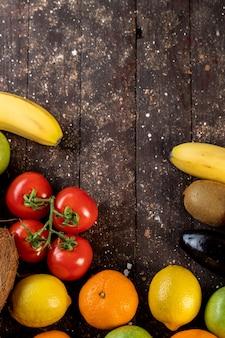 Frutas e legumes em uma mesa de madeira