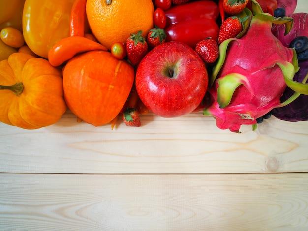 Frutas e legumes frescas coloridas no fundo de madeira, conceito saudável comer.