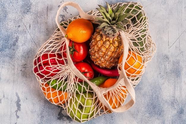 Frutas e legumes frescos em malha de saco