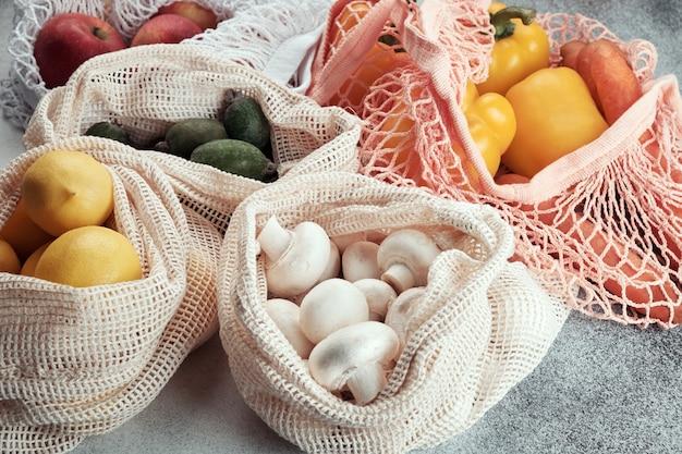 Frutas e legumes frescos em sacos ecológicos. compras de desperdício zero