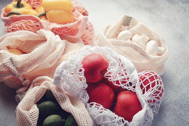 Frutas e legumes frescos em sacos ecológicos.