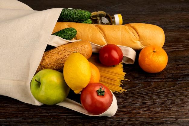 Frutas e legumes frescos em um saco, entrega de comida da loja