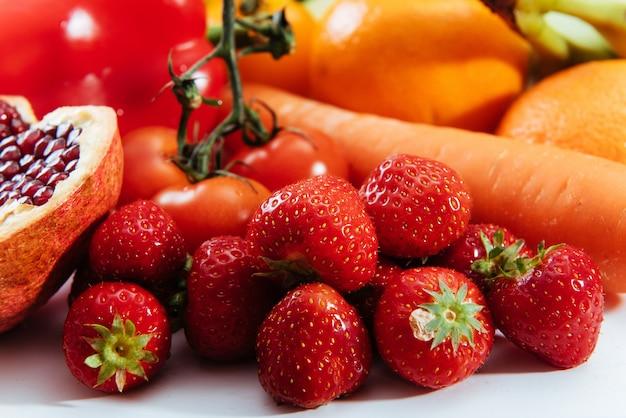 Frutas e legumes isolados.