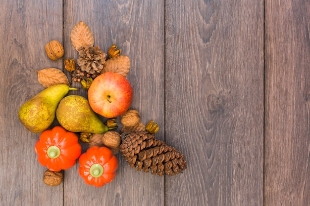 Frutas e legumes na mesa de madeira