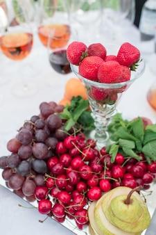 Frutas e legumes na mesa do banquete
