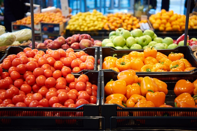 Frutas e legumes no supermercado para venda