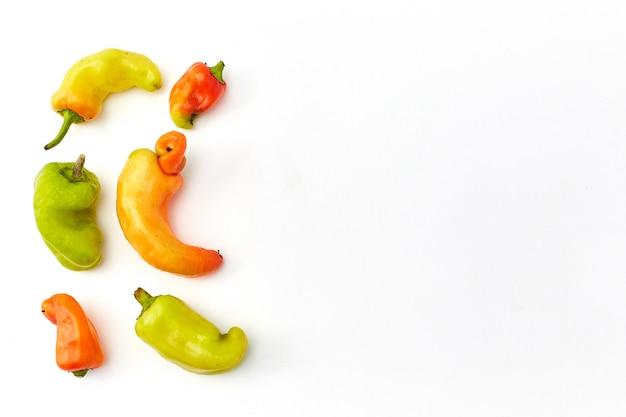 Frutas e legumes orgânicas feias na moda em um branco. horizontal.