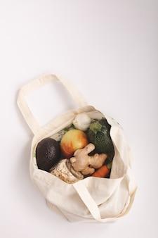 Frutas e legumes orgânicos frescos em saco ecológico de algodão