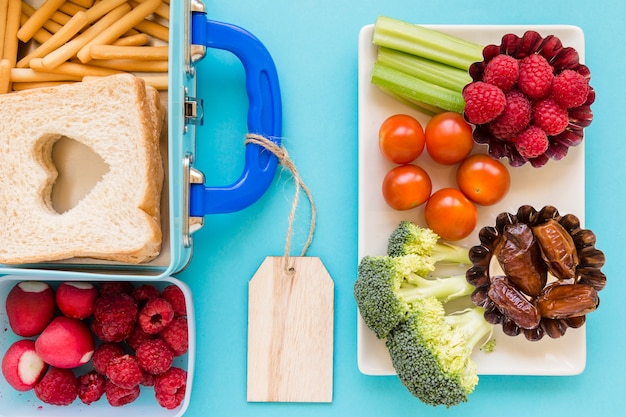 Frutas e legumes perto de boa lancheira
