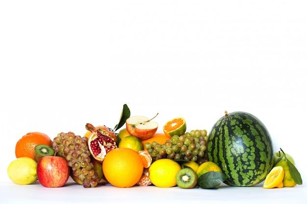 Frutas e legumes sazonais isoladas no fundo branco.