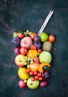 Frutas e legumes sob a forma de um copo criativo de suco.