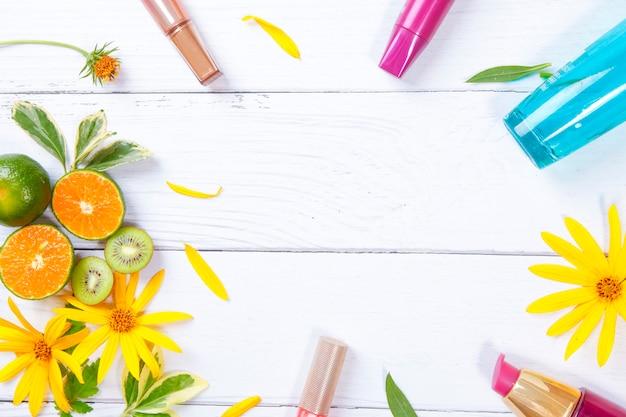 Frutas e maquiagem em branco