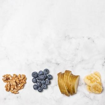 Frutas e nozes com cópia-espaço