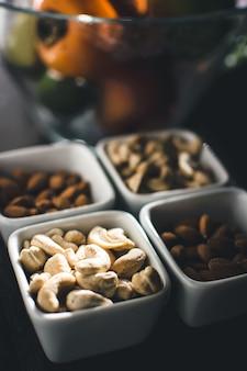 Frutas e nozes na mesa da cozinha