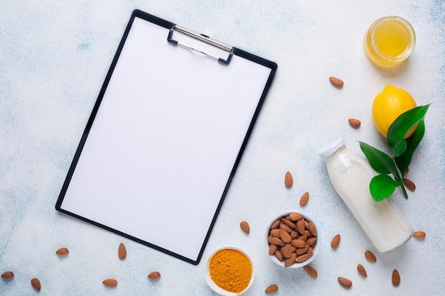 Frutas e produtos para imunidade em uma superfície branca. menu de comida de fundo.