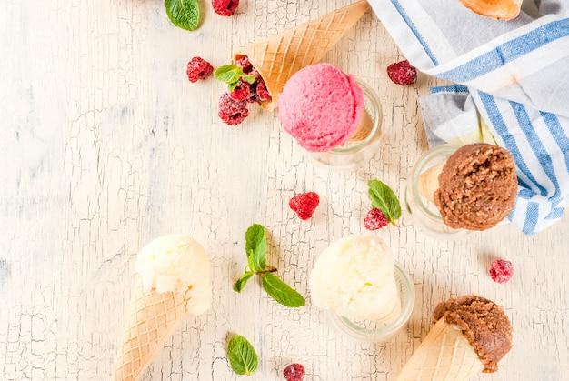 Frutas e sobremesas doces, vários tipos de sorvetes em cones