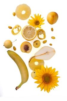 Frutas e vegetais amarelos e laranja isolados no fundo branco