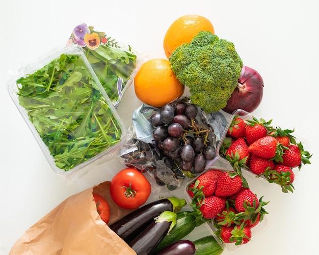 Frutas e vegetais coloridos do arco-íris em uma mesa de luz. ingredientes de suco e smoothie. alimentação saudável.