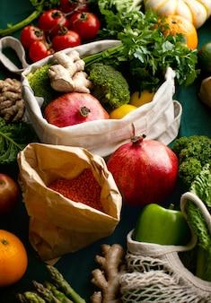 Frutas e vegetais cultivados na hora, embalados em sacos de papel ecológicos ou sacolas de compras de tecido, conceito de nutrição vegetariana sem desperdício