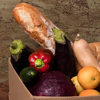 Frutas e vegetais deliciosos em caixa