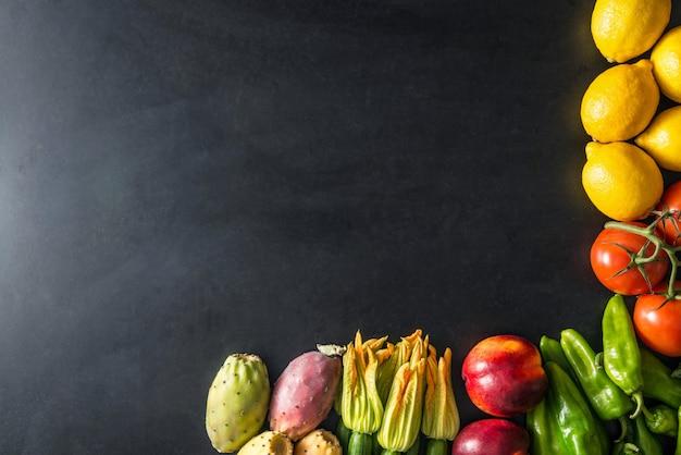 Frutas e vegetais em fundo preto