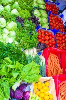 Frutas e vegetais em um mercado de agricultores