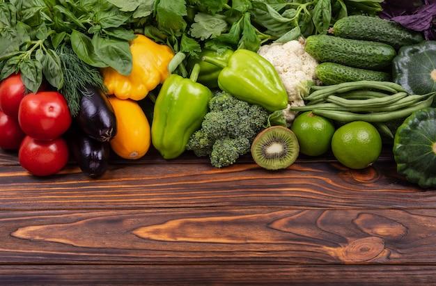 Frutas e vegetais frescos de fundo um conjunto de vegetais deliciosos