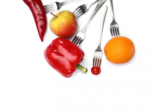 Frutas e vegetais frescos em garfos