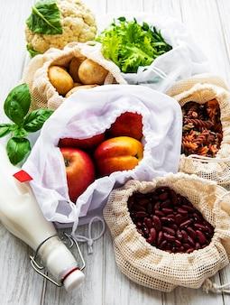 Frutas e vegetais frescos em sacos de algodão ecológico