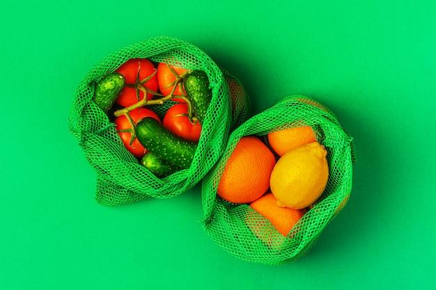 Frutas e vegetais frescos em sacos de malha têxteis reutilizáveis