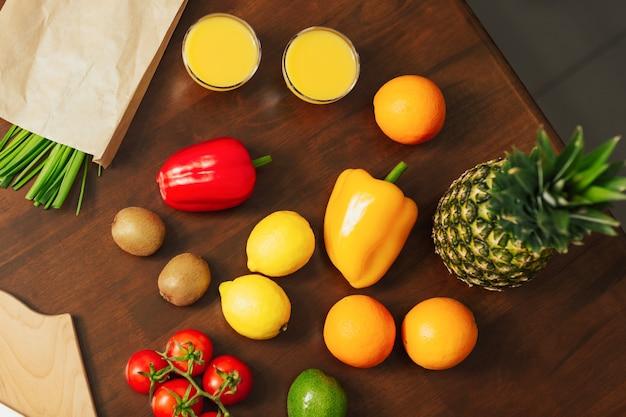 Frutas e vegetais frescos na mesa de madeira da cozinha