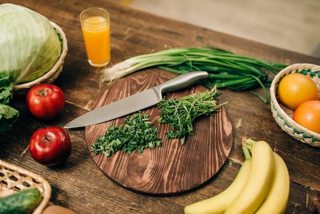Frutas e vegetais frescos na mesa de madeira