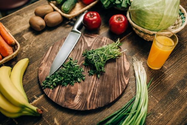 Frutas e vegetais na mesa de madeira, produto ecológico
