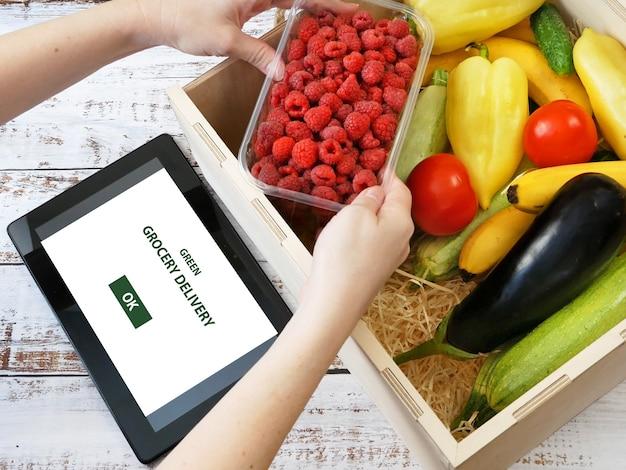 Frutas e vegetais orgânicos em caixa de madeira