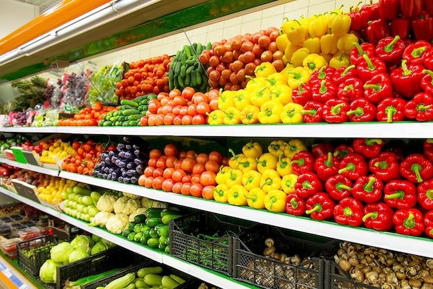 Frutas e vegetais orgânicos frescos na prateleira do supermercado, mercado dos fazendeiros. conceito de comida saudável. vitaminas e minerais. tomate, pimentão, pepino, cogumelos, abobrinha