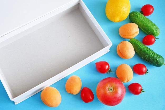 Frutas e vegetais perto de caixa aberta
