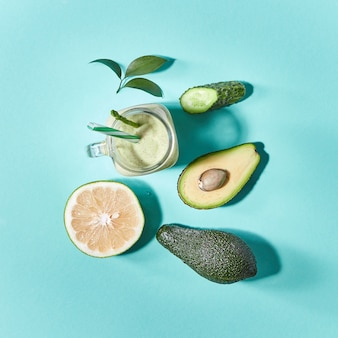 Frutas e vegetais recém-colhidos naturais para preparar smoothie vegetariano saudável em uma jarra de vidro verde. postura plana.