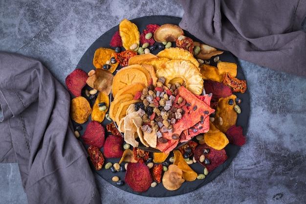 Frutas e vegetais secos desidratados caqui melancia abacaxi beterraba chips Foto Premium