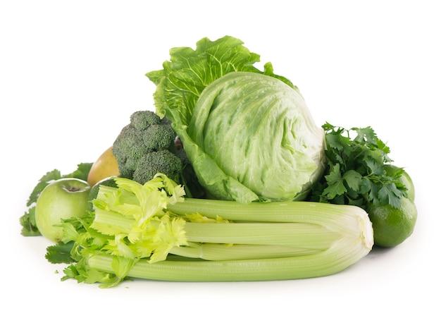 Frutas e vegetais verdes em fundo branco.