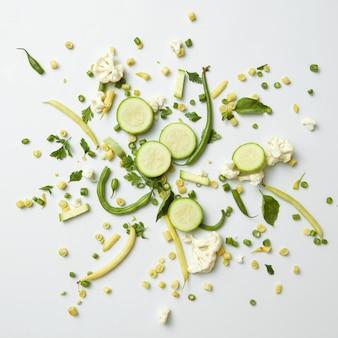 Frutas e vegetais verdes orgânicos frescos na superfície branca