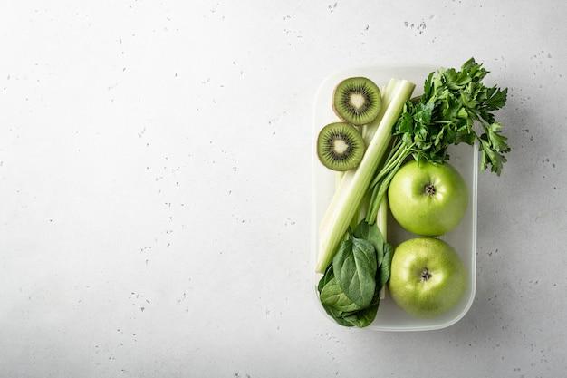 Frutas e vegetais verdes para fazer smoothie desintoxicante.