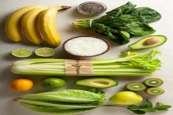 Frutas e vegetais verdes são os ingredientes para uma bebida desintoxicante. espinafre, abacate, aipo e vários.