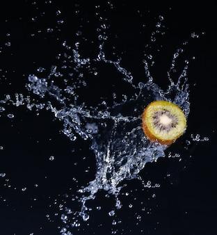 Frutas em água limão morango kiwi