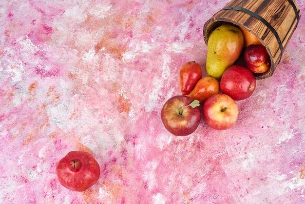 Frutas em balde de madeira.