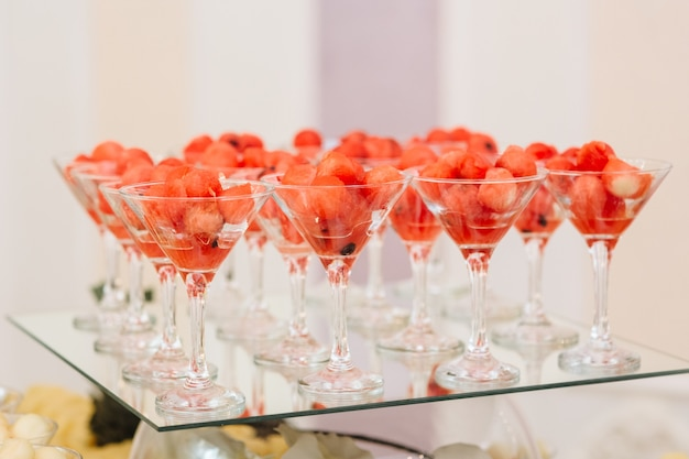 Frutas em copos de coquetel