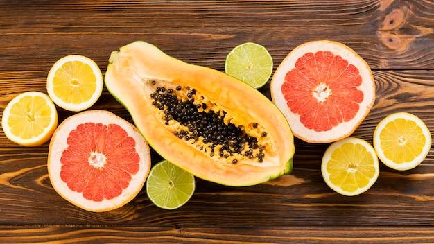 Frutas em fundo de madeira