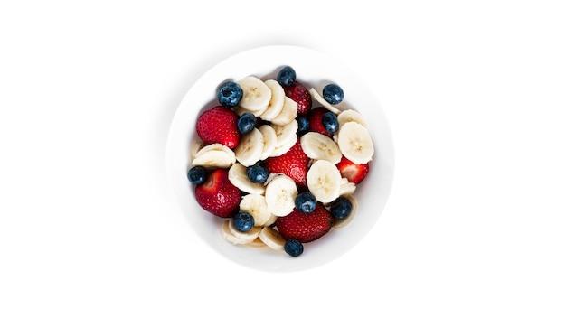 Frutas em um prato isolado. morango, mirtilo e banana