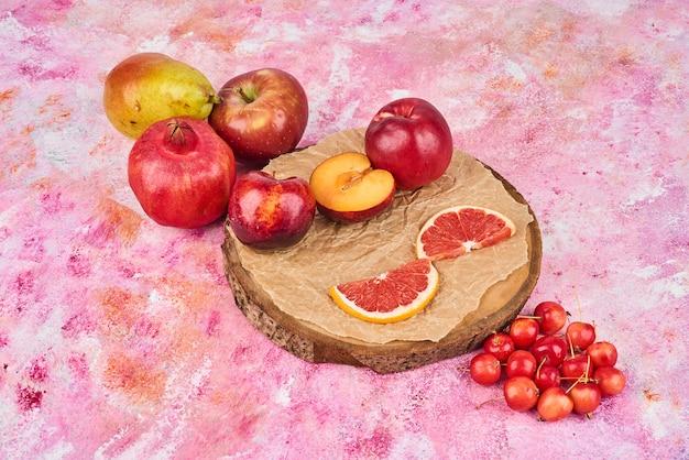 Frutas em uma bandeja de madeira.